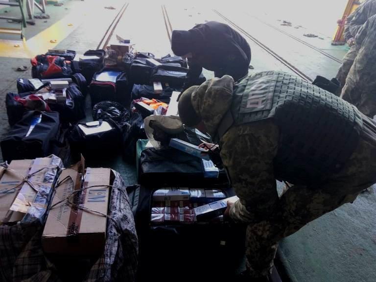 В пункте пропуска МТП «Черноморск» пограничники выявили более 20 тысяч пачек контрабандных сигарет, фото-3