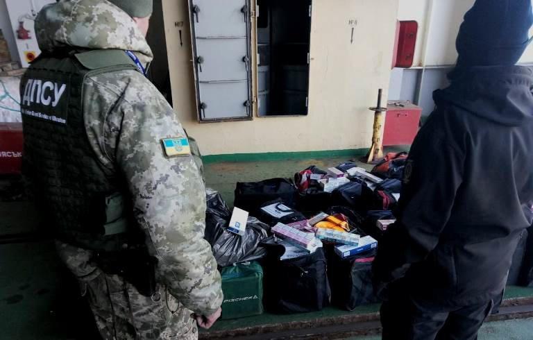 В пункте пропуска МТП «Черноморск» пограничники выявили более 20 тысяч пачек контрабандных сигарет, фото-2