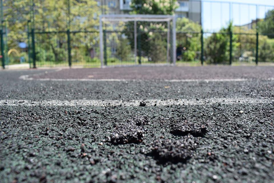 В Черноморске на одной из спортивных площадок повреждено тартановое покрытие, фото-1