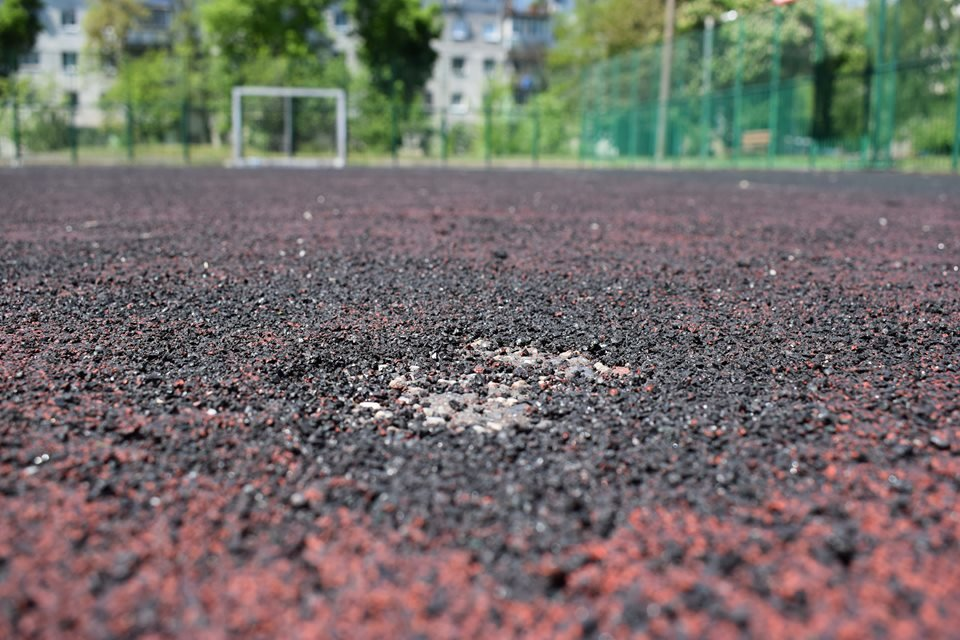 В Черноморске на одной из спортивных площадок повреждено тартановое покрытие, фото-3