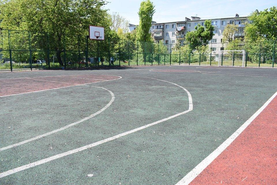 В Черноморске на одной из спортивных площадок повреждено тартановое покрытие, фото-4
