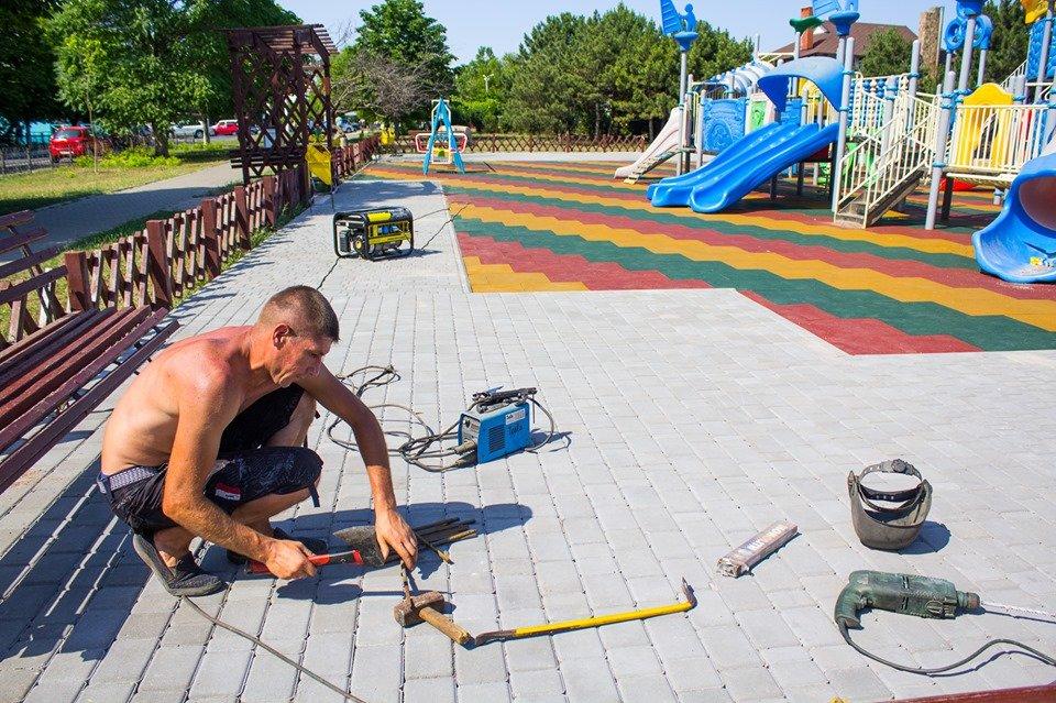 В Черноморске обновили детскую площадку, фото-1