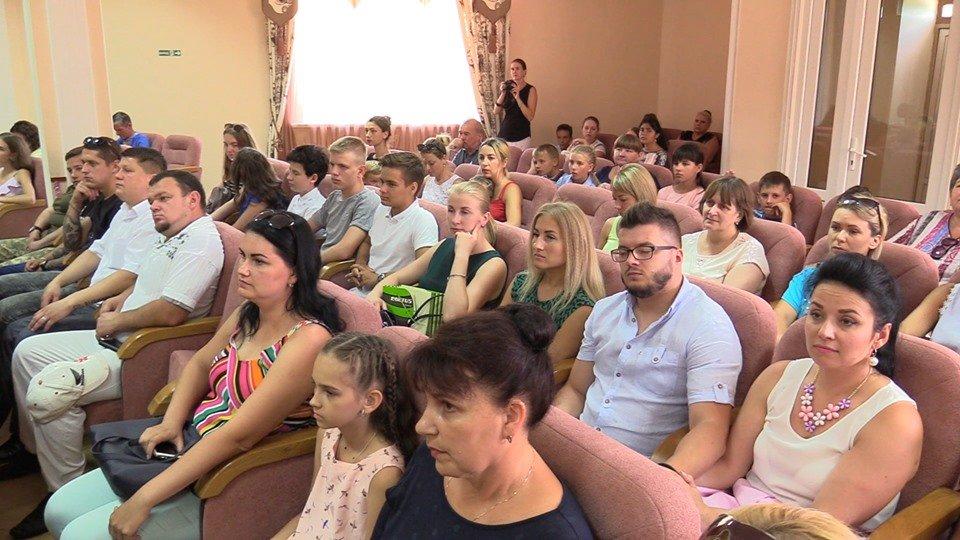 Жителей Черноморска поздравили с Днем Конституции Украины (видео), фото-1
