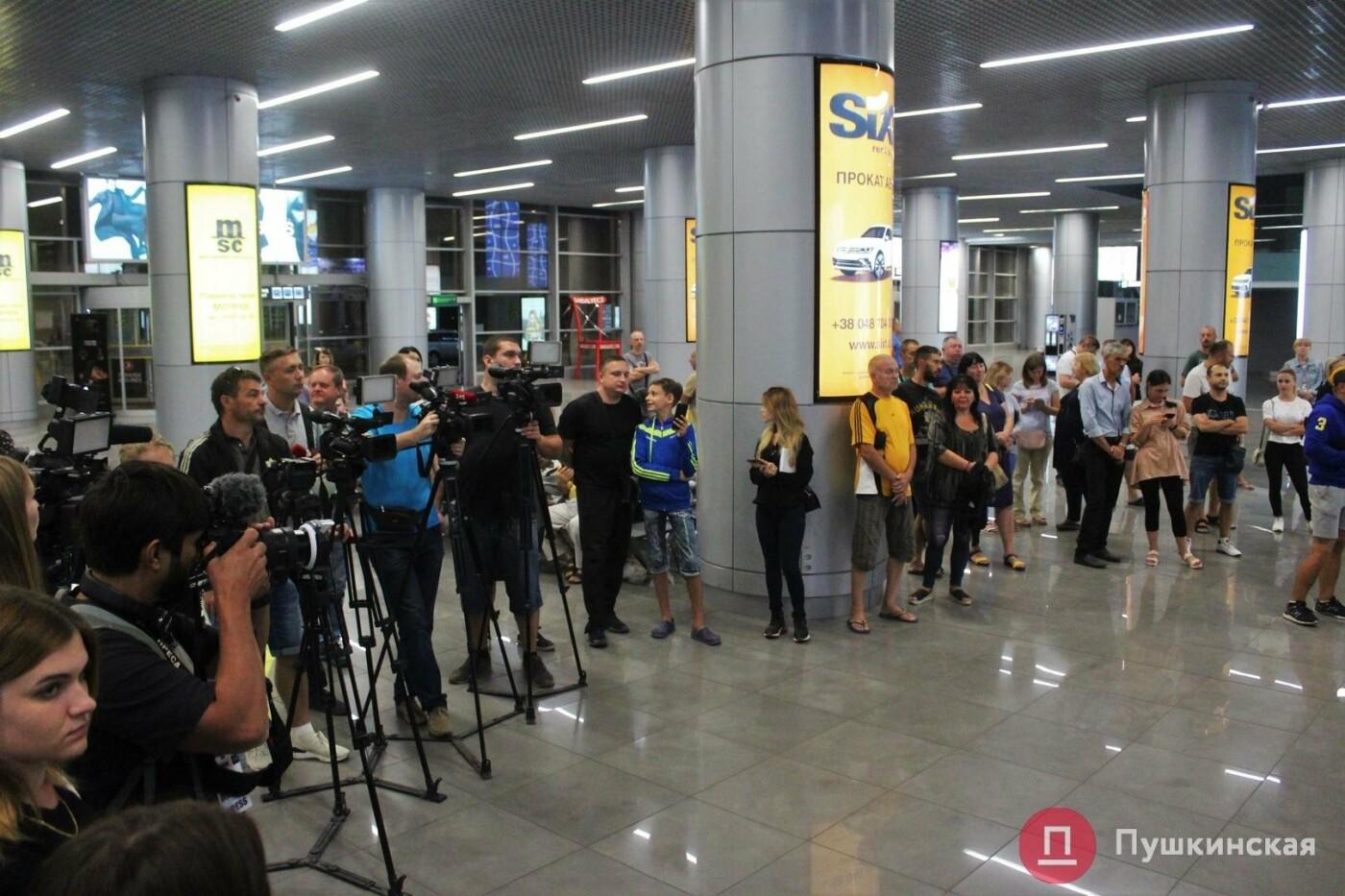 Возвращение чемпиона: ночью в одесском аэропорту встречали Василия Ломаченко . Фото, фото-1