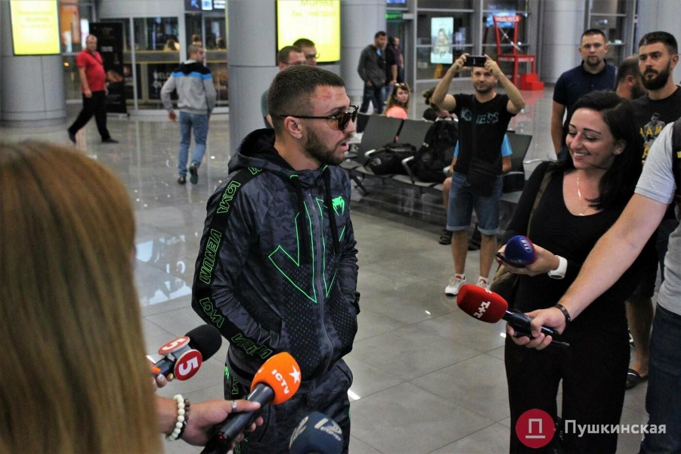Возвращение чемпиона: ночью в одесском аэропорту встречали Василия Ломаченко . Фото, фото-3
