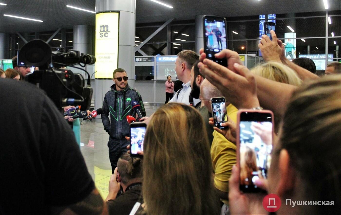 Возвращение чемпиона: ночью в одесском аэропорту встречали Василия Ломаченко . Фото, фото-2