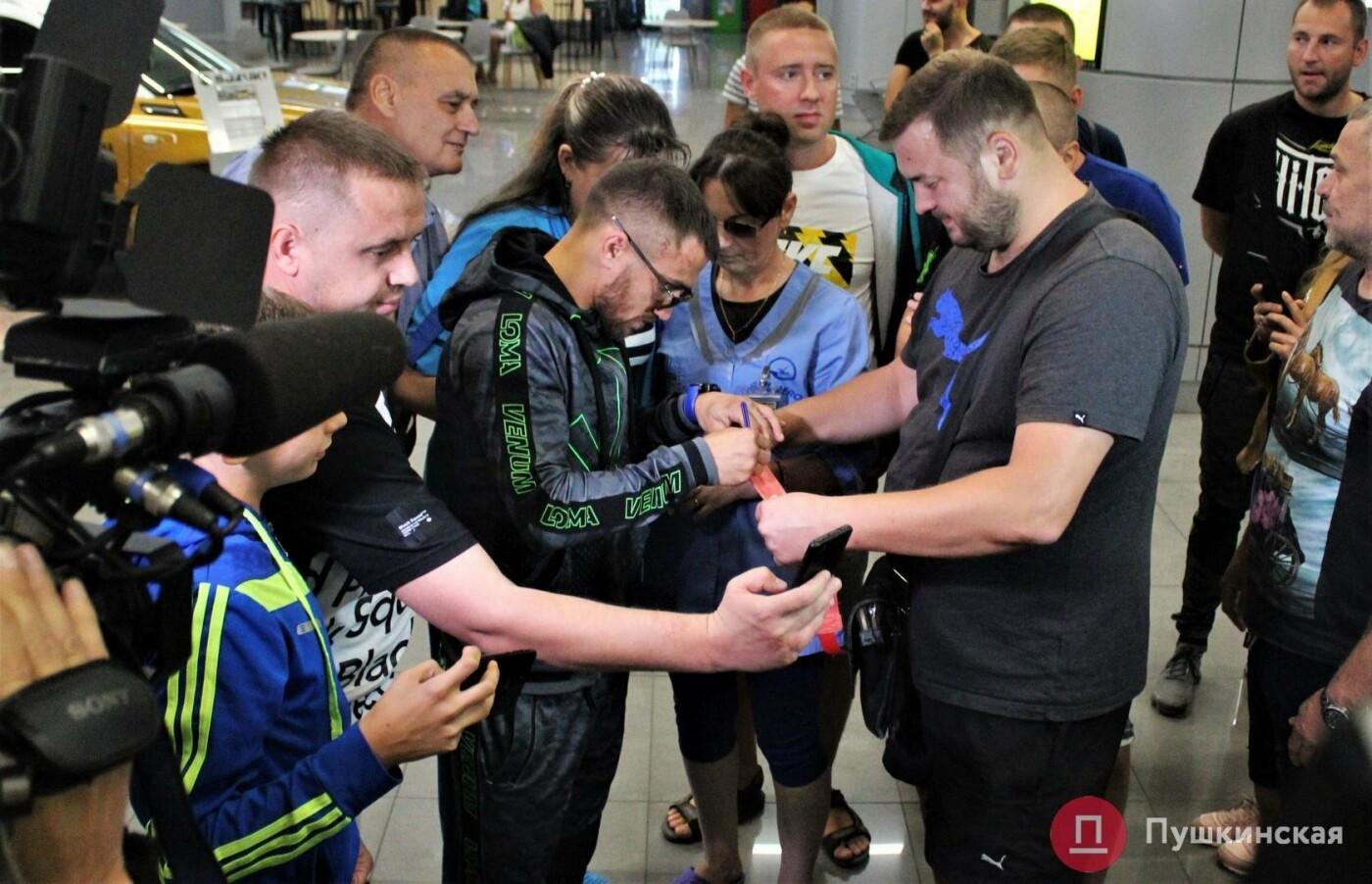 Возвращение чемпиона: ночью в одесском аэропорту встречали Василия Ломаченко . Фото, фото-5