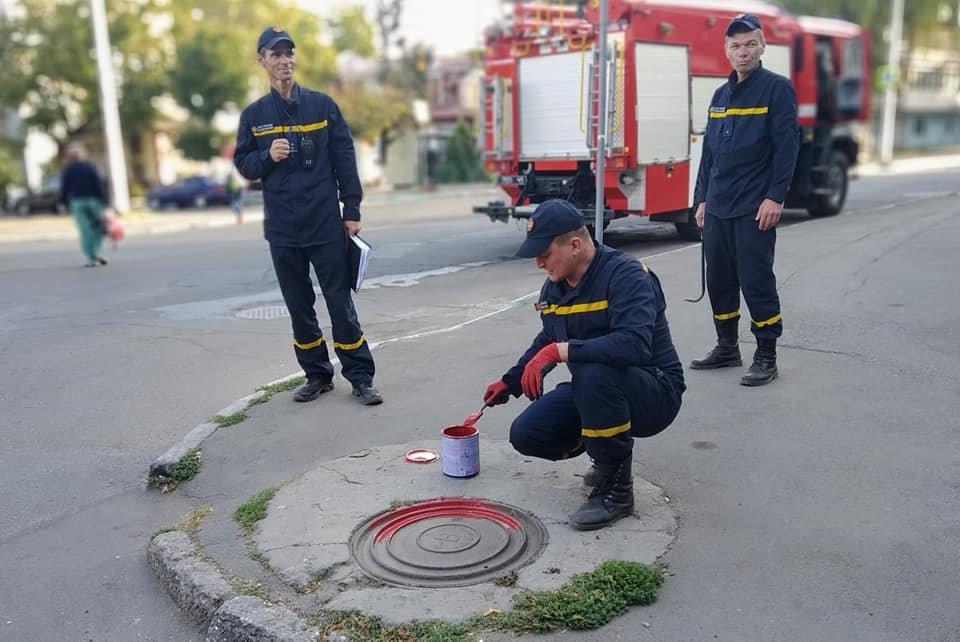К сведению черноморских автомобилистов: пожарные гидранты покрасили в красный цвет, фото-1
