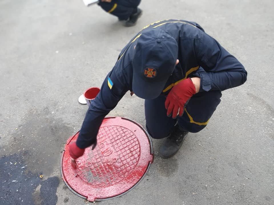 К сведению черноморских автомобилистов: пожарные гидранты покрасили в красный цвет, фото-3