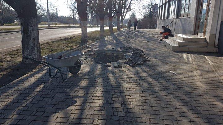В Черноморске заменили разбитую плитку у памятника Алексею Данченко, фото-1