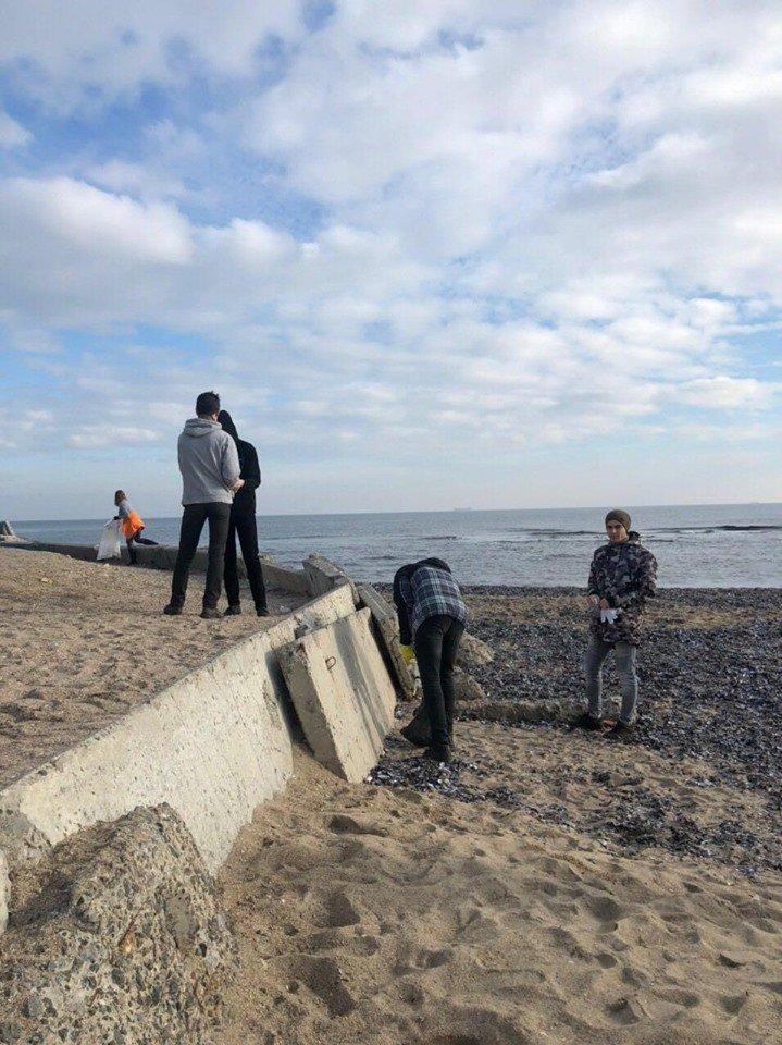 Молодежная инициатива: на побережье Черноморска прошёл субботник, фото-3