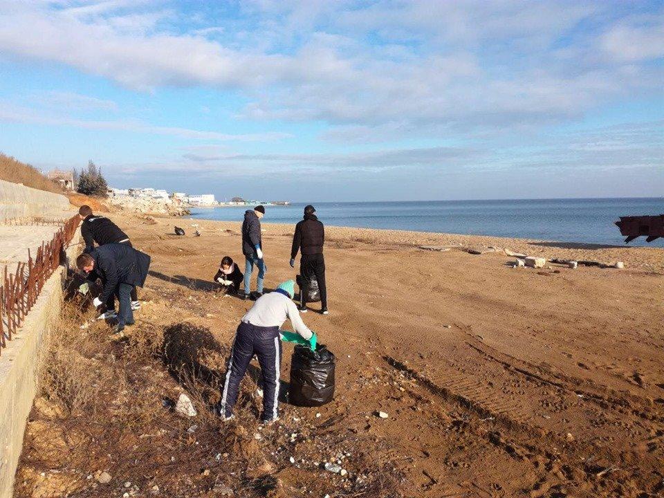 Молодежная инициатива: на побережье Черноморска прошёл субботник, фото-4