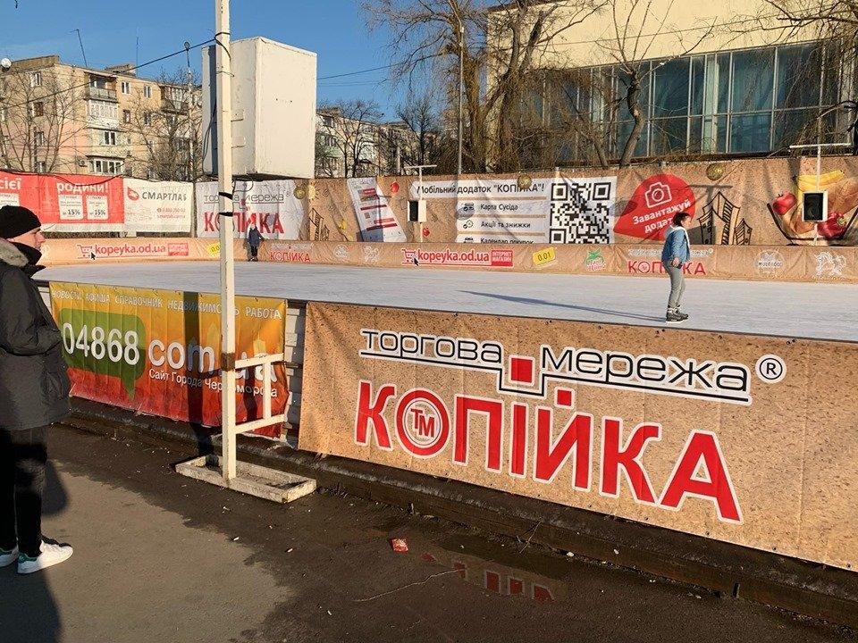 Детские забавы: несмотря на отсутствие снега, в Черноморске играют в снежки, фото-1