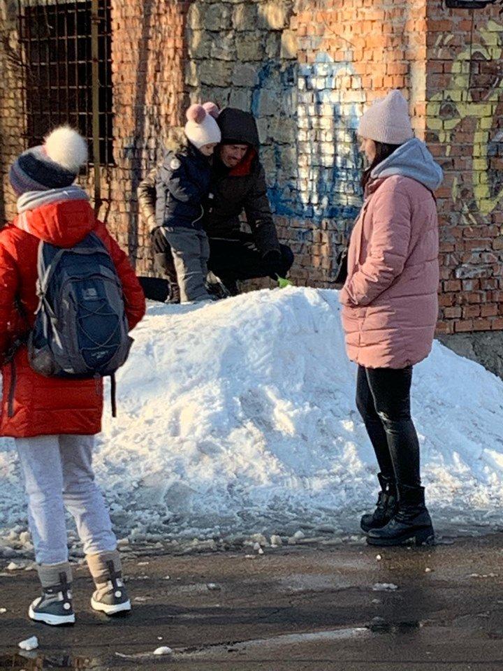 Детские забавы: несмотря на отсутствие снега, в Черноморске играют в снежки, фото-3
