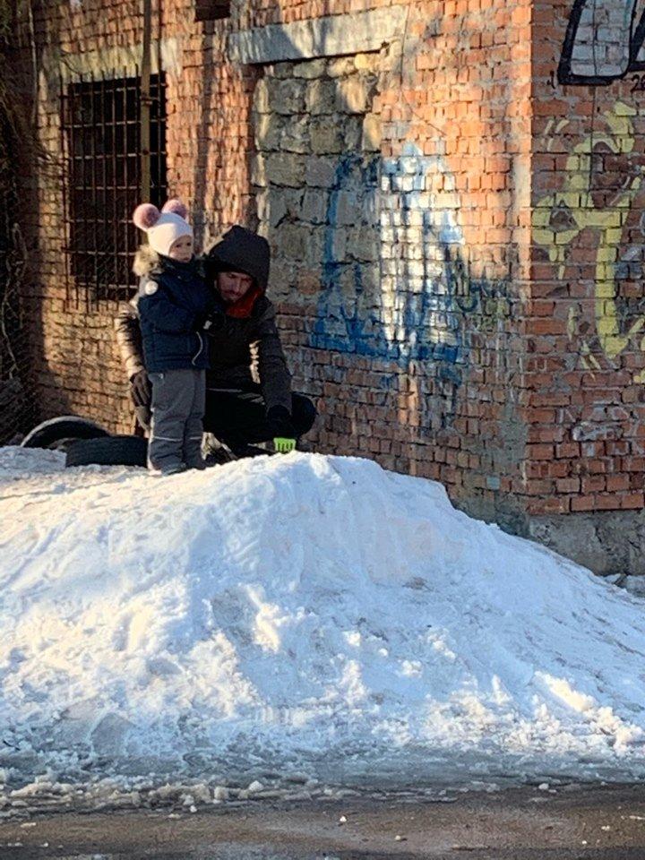 Детские забавы: несмотря на отсутствие снега, в Черноморске играют в снежки, фото-4