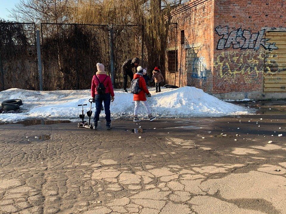 Детские забавы: несмотря на отсутствие снега, в Черноморске играют в снежки, фото-5