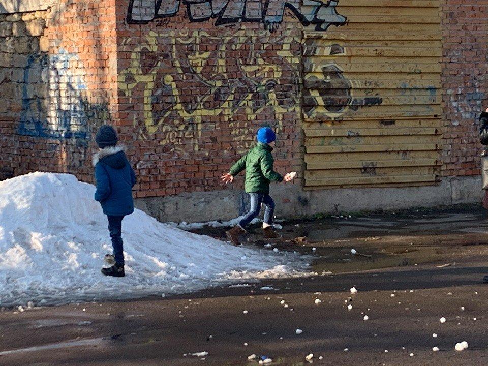 Детские забавы: несмотря на отсутствие снега, в Черноморске играют в снежки, фото-6