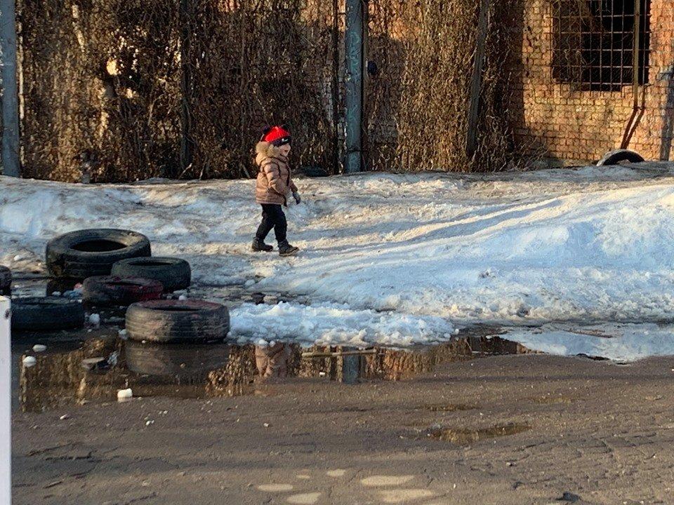 Детские забавы: несмотря на отсутствие снега, в Черноморске играют в снежки, фото-2