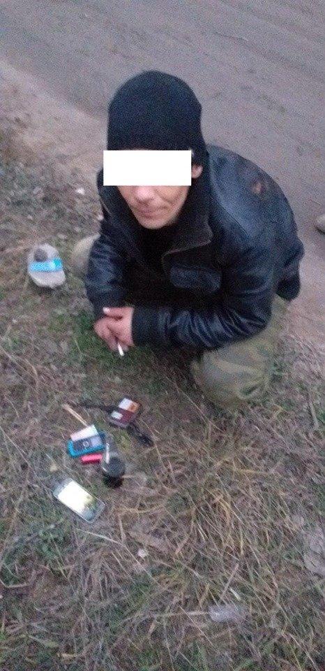 В Черноморске неизвестные искали закладки во дворах жилых домов, фото-5