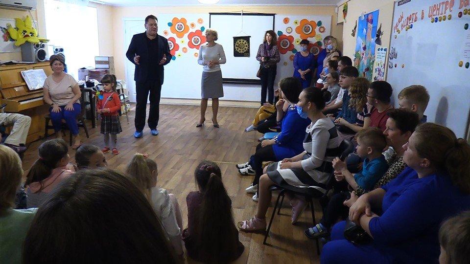 Воспитанников реабилитационного центра поздравили с Днём защиты детей (видео), фото-1