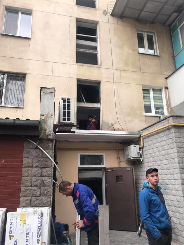 Будет теплее: в Черноморске производят замену старых окон на металлопластиковые (видео), фото-2