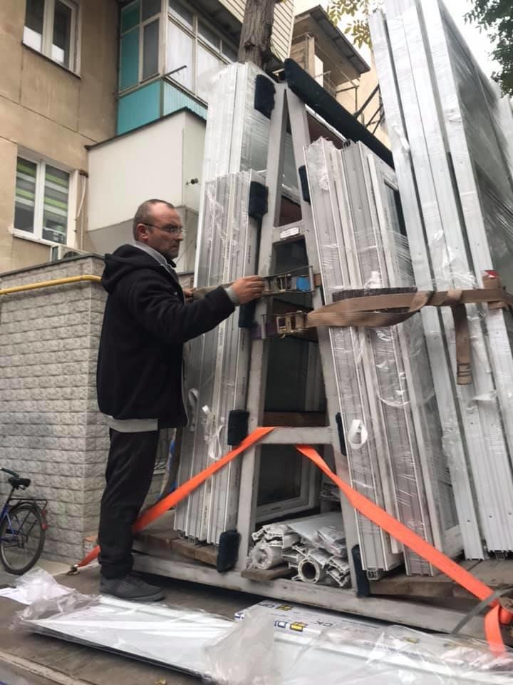 Будет теплее: в Черноморске производят замену старых окон на металлопластиковые (видео), фото-3