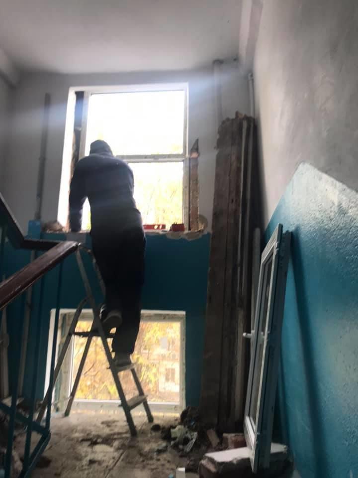 Будет теплее: в Черноморске производят замену старых окон на металлопластиковые (видео), фото-4