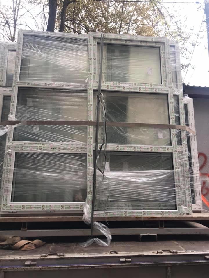 Будет теплее: в Черноморске производят замену старых окон на металлопластиковые (видео), фото-1