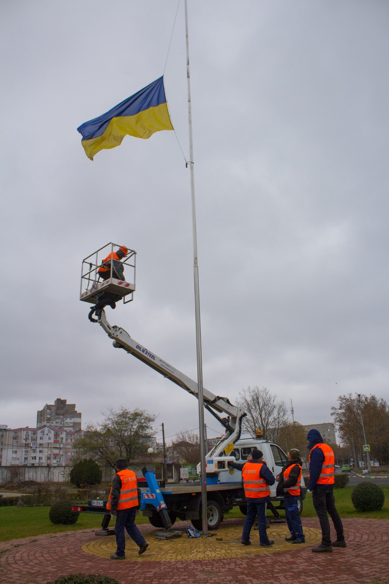 Повреждён флагшток в Черноморске: отремонтируют и снова установят, фото-1