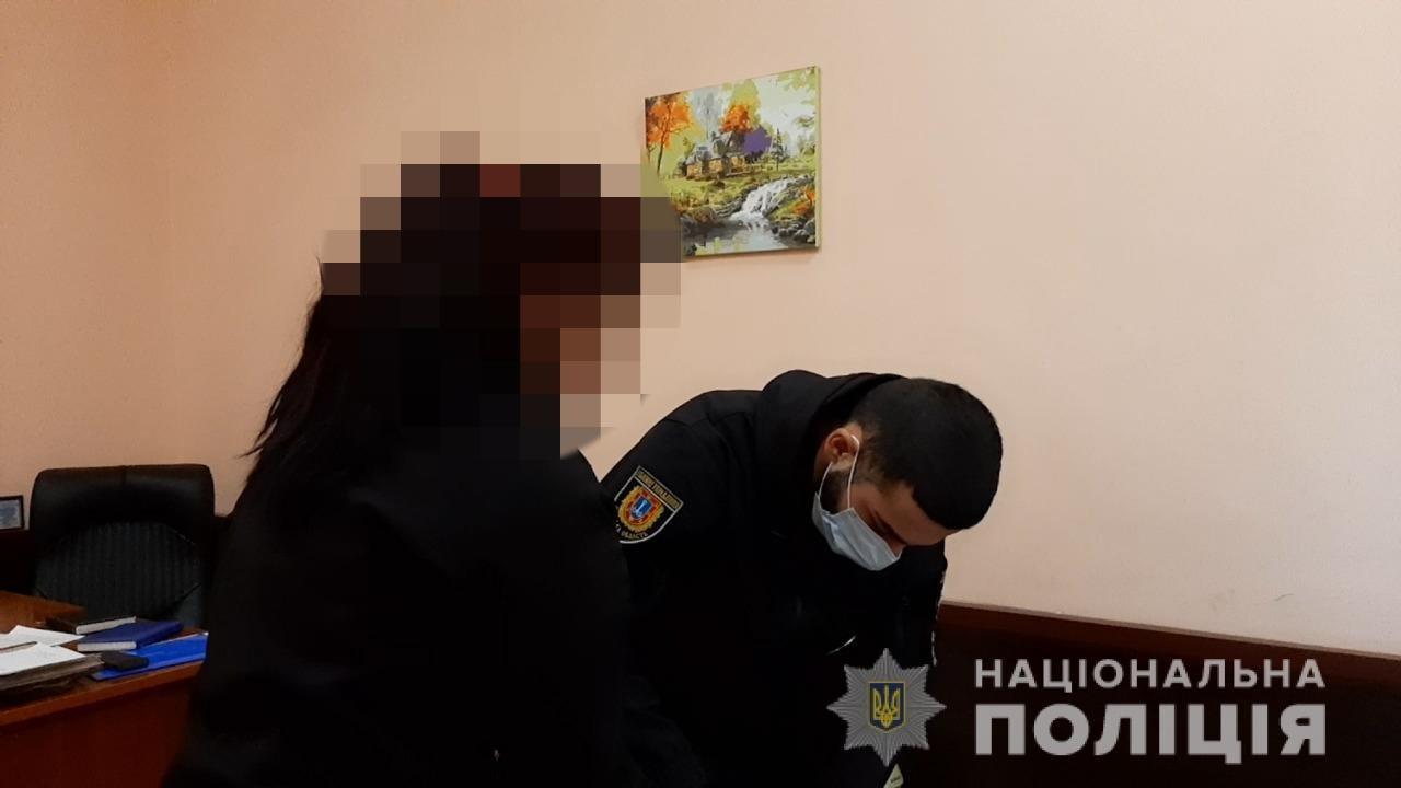 Центр Одессы: он попросил у неё телефон, а она его ударила в грудь ножом, фото-1