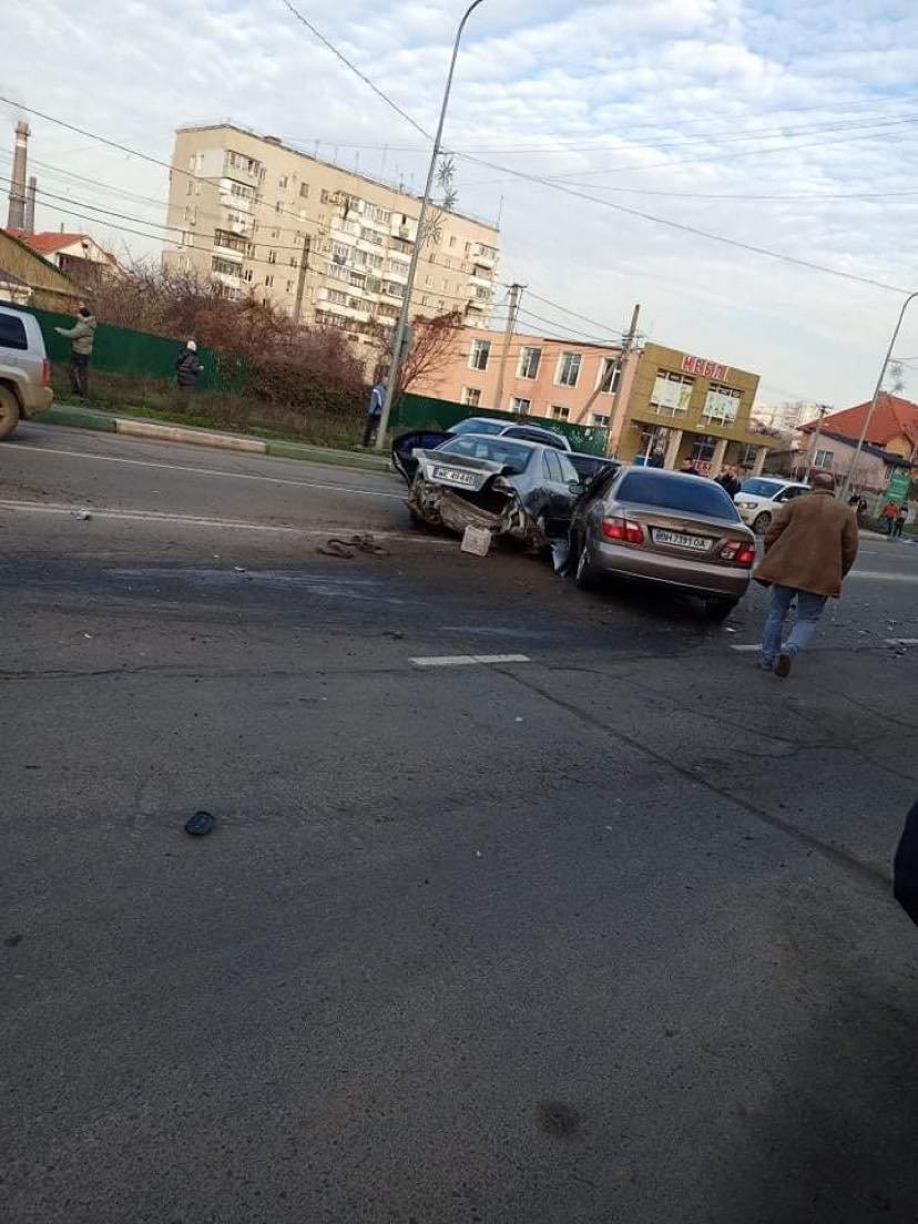 В Черноморске столкнулись сразу три авто, фото-1
