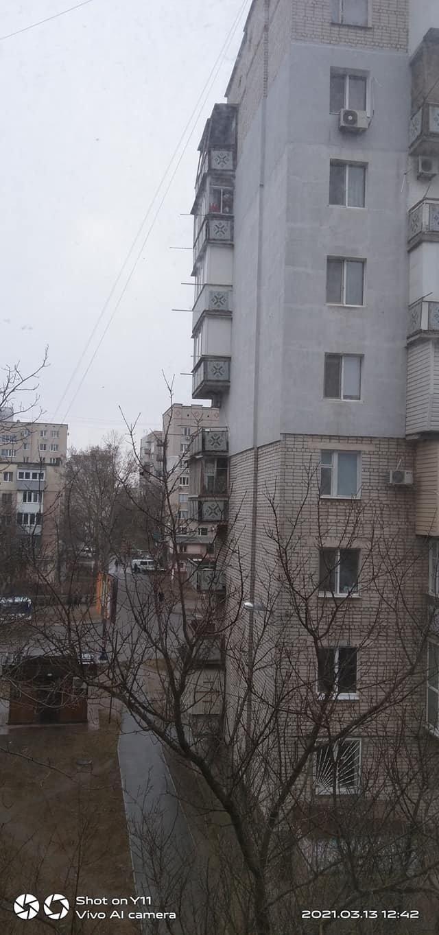 «Ты сюда не ходи»: аварийный балкон в Черноморске крайне опасен для прохожих, фото-1
