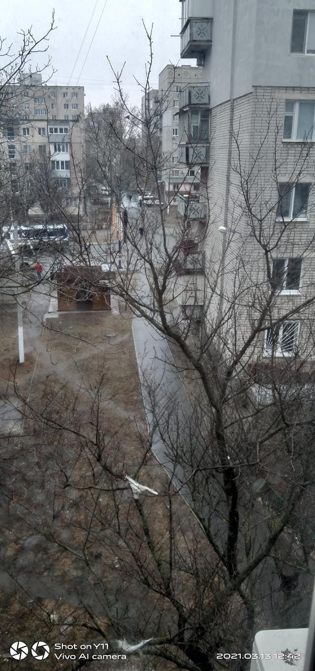 «Ты сюда не ходи»: аварийный балкон в Черноморске крайне опасен для прохожих, фото-2