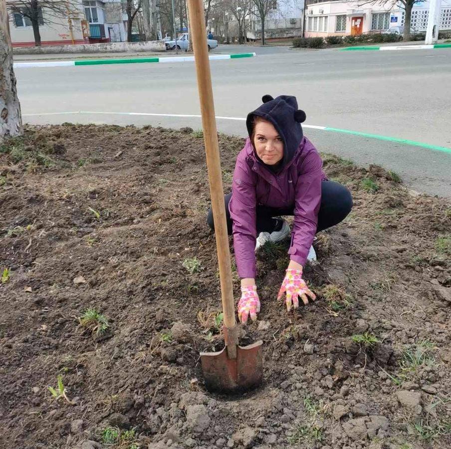 Экологи Черноморска высадили ирисы и форзиции, фото-2
