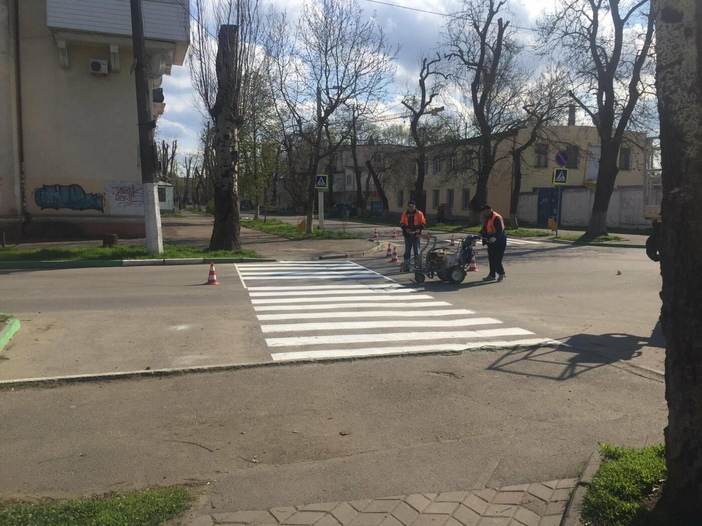 Коммунальщики обновляют дорожную разметку в Черноморске, фото-1